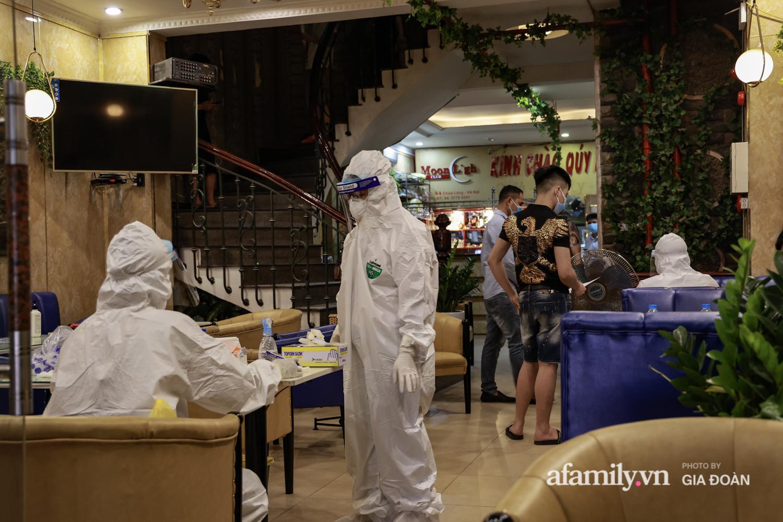 Hà Nội: Test nhanh COVID-19 tại quán cà phê trên phố Chùa Láng trong đêm - Ảnh 8.