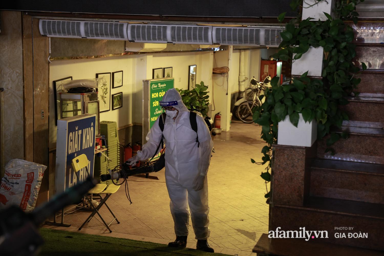 Hà Nội: Test nhanh COVID-19 tại quán cà phê trên phố Chùa Láng trong đêm - Ảnh 9.