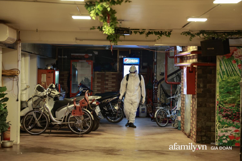 Hà Nội: Test nhanh COVID-19 tại quán cà phê trên phố Chùa Láng trong đêm - Ảnh 13.