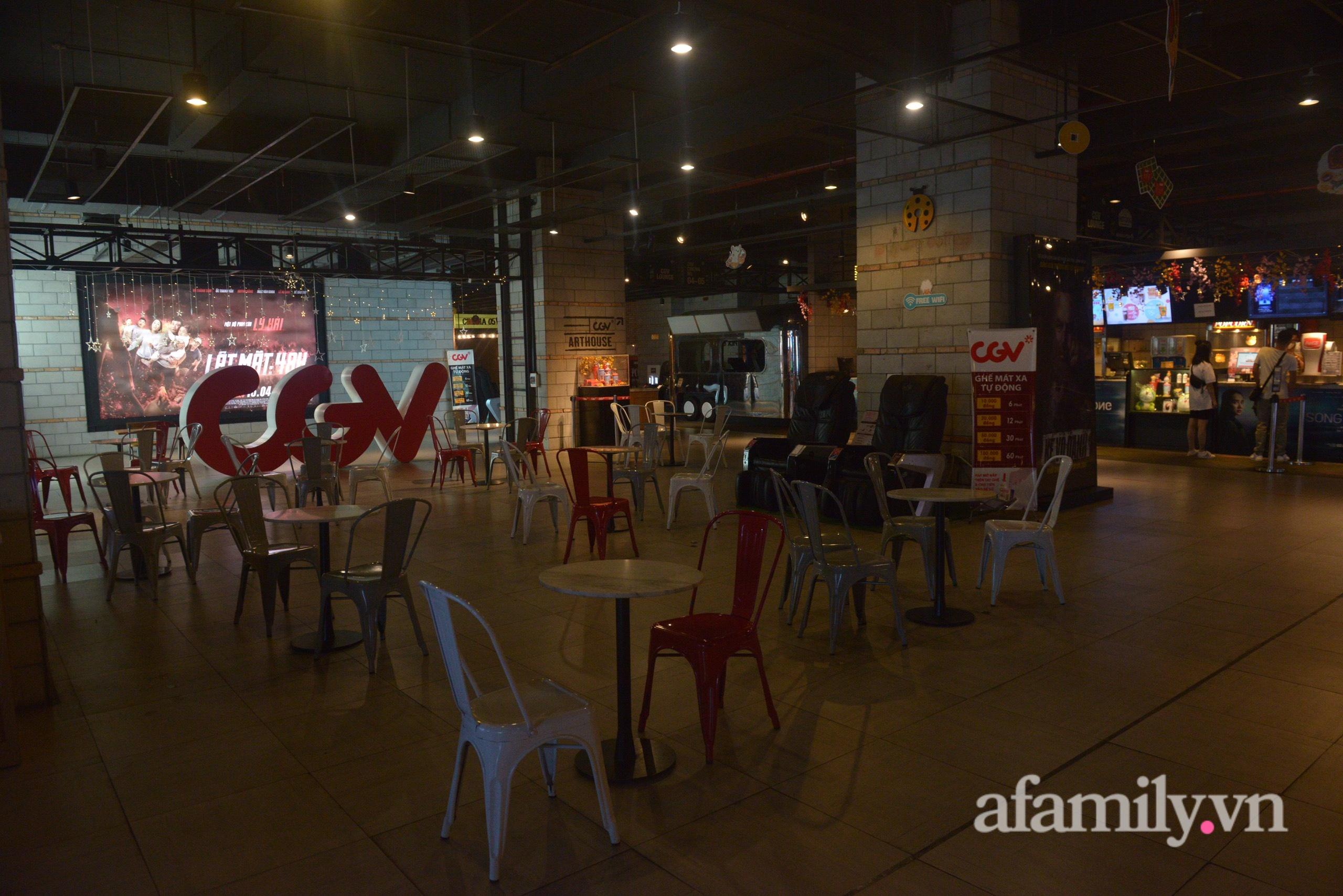 Rạp chiếu phim Hà Nội trước giờ tạm dừng hoạt động vì chống dịch: Vắng vẻ đến bất ngờ - Ảnh 2.
