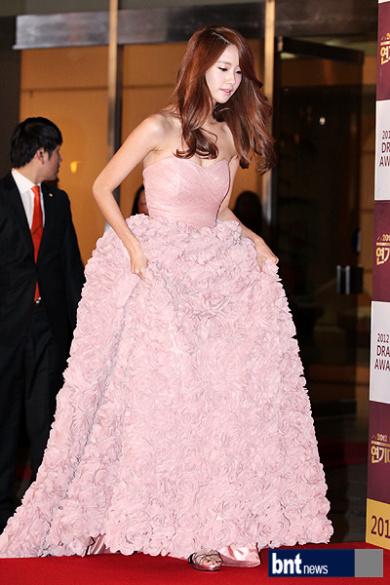 Yoona liệt kê 5 bộ cánh thảm đỏ yêu thích nhất, ai dè toàn item lộ lưng, khoe ngực mlem không chịu được! - Ảnh 4.