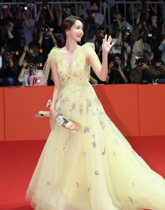 Yoona liệt kê 5 bộ cánh thảm đỏ yêu thích nhất, ai dè toàn item lộ lưng, khoe ngực mlem không chịu được! - Ảnh 2.