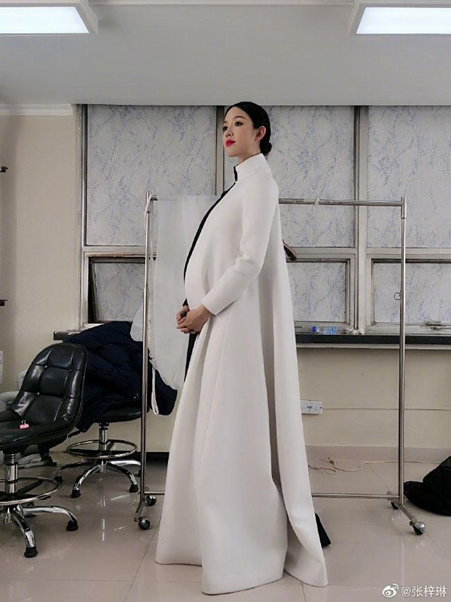 Trầm trồ trước nhan sắc không trang điểm của hoa hậu Trương Tử Lâm khi mang thai lần 2 - Ảnh 6.