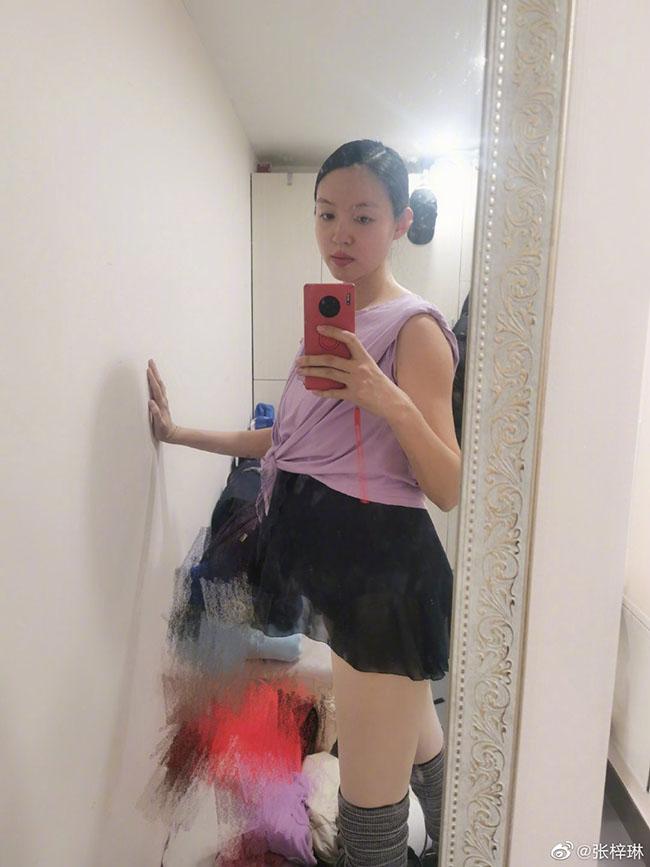Trầm trồ trước nhan sắc không trang điểm của hoa hậu Trương Tử Lâm khi mang thai lần 2 - Ảnh 4.