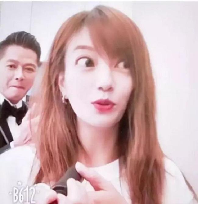 """Mắt của Triệu Vy vốn đã to, khi dùng app lại càng to hơn nhiều. Không ít netizen cho rằng nàng mỹ nhân """"Hoàn Châu cách cách"""" trông giống như đang đi đóng phim kinh dị."""