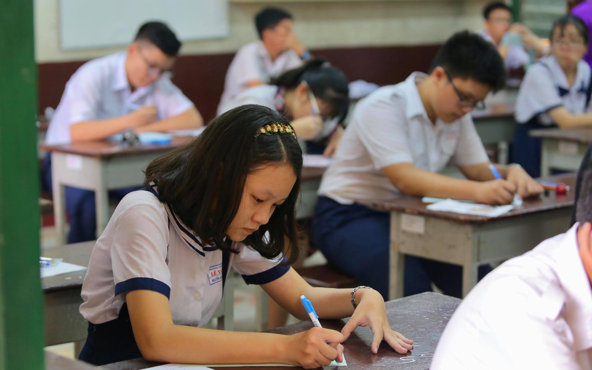 """TP. HCM phải hoàn thành kiểm tra học kỳ II trước 9/5: Học sinh vắt chân lên cổ ôn thi, phụ huynh vừa lo vừa thở phào vì """"may mắn quá"""""""