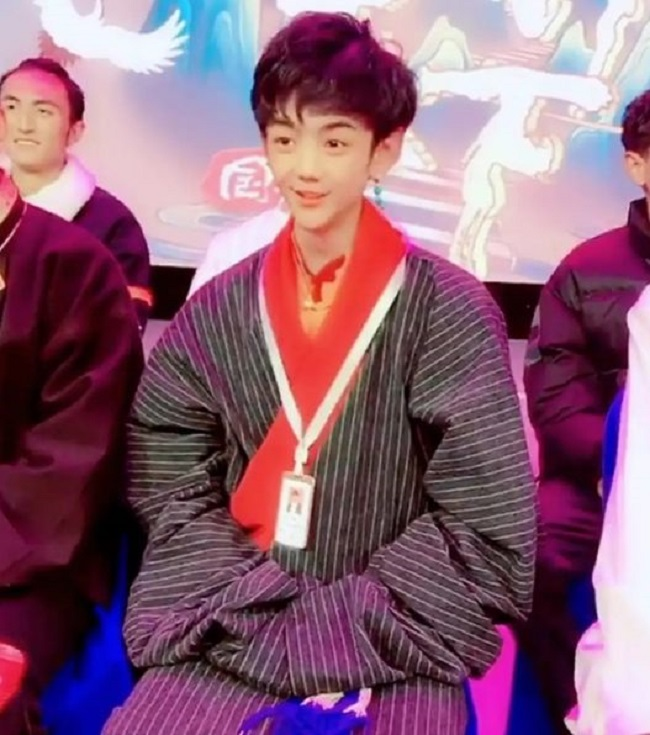 """Có lẽ bức hình này sẽ khiến Đinh Chân mất đi danh hiệu """"hotboy Tây Tạng"""" chứ chẳng đùa."""