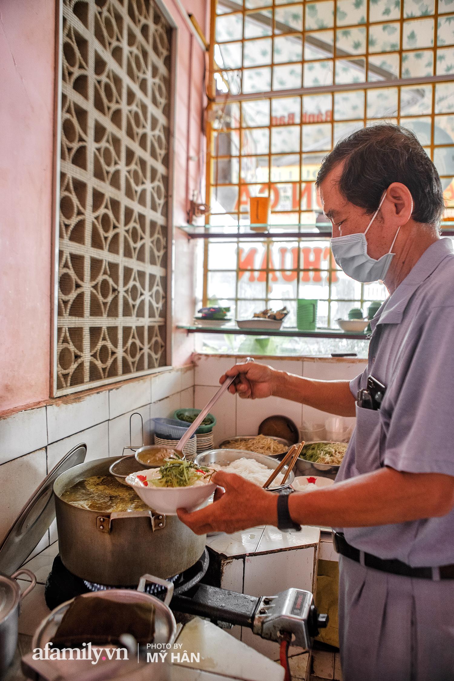 Không phải đầu bếp, nhưng hai thầy cô giáo ở miền Tây đã làm nên món ăn được xác lập kỷ lục 50 món đặc sản nổi tiếng nhất Việt Nam, bất ngờ về người nắm giữ công thức bí mật! - Ảnh 11.