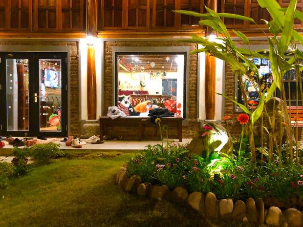 """Biệt phủ rộng thênh thang, kết cấu như resort của Xuân Bắc: Được xây bằng gỗ tự nhiên, nhìn toàn cảnh sân vườn thôi mà """"choáng"""" - Ảnh 3."""