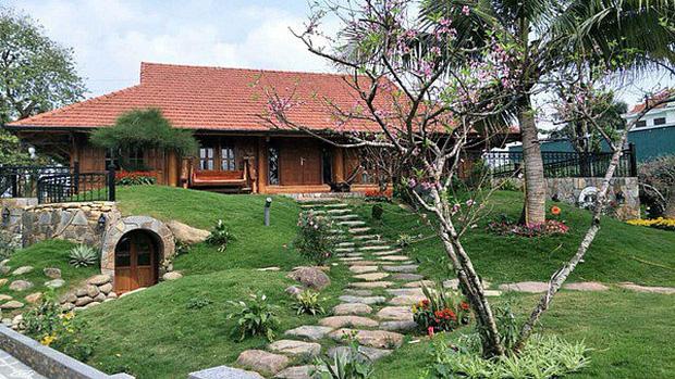 """Biệt phủ rộng thênh thang, kết cấu như resort của Xuân Bắc: Được xây bằng gỗ tự nhiên, nhìn toàn cảnh sân vườn thôi mà """"choáng"""" - Ảnh 4."""