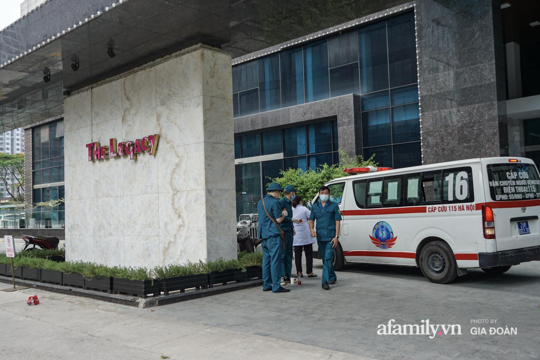 Hà Nội: Thai phụ mắc COVID-19 ở chung cư The Legacy được lực lượng chức năng đưa tới khu cách ly, điều trị - Ảnh 1