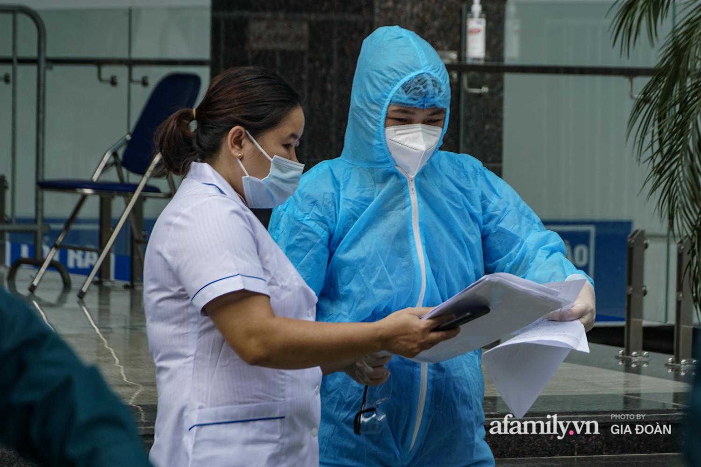 Hà Nội: Thai phụ mắc COVID-19 ở chung cư The Legacy được lực lượng chức năng đưa tới khu cách ly, điều trị - Ảnh 3