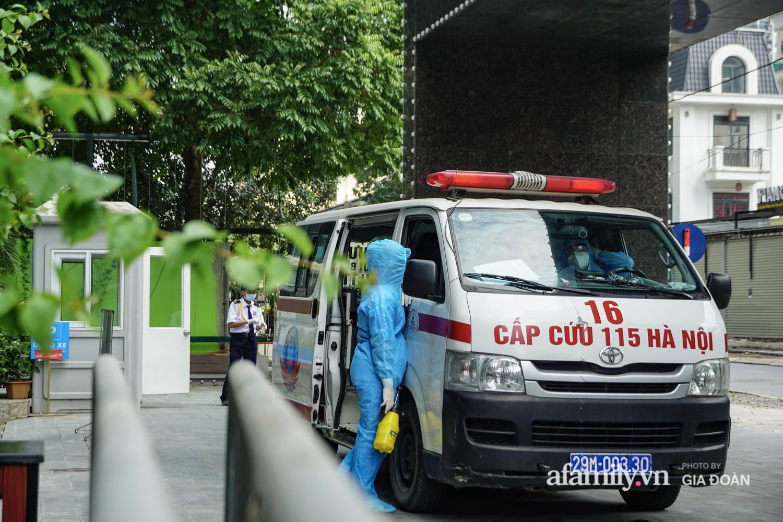 Hà Nội: Thai phụ mắc COVID-19 ở chung cư The Legacy được lực lượng chức năng đưa tới khu cách ly, điều trị - Ảnh 6