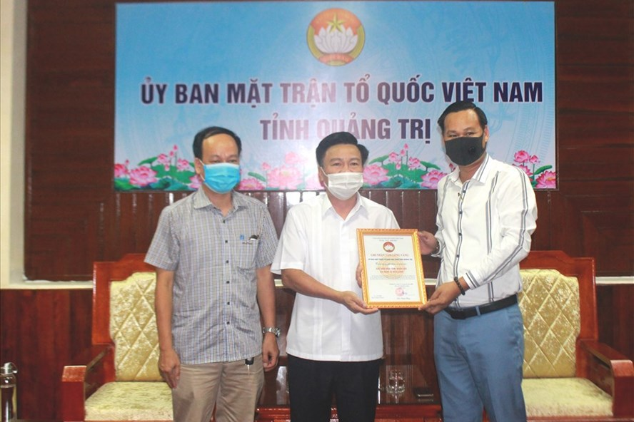 Đại diện NS Hoài Linh trao 1 tỷ đồng ủng hộ người dân vùng lũ Quảng Trị, hé lộ kế hoạch cứu trợ miền Trung giữa lùm xùm - Ảnh 2.