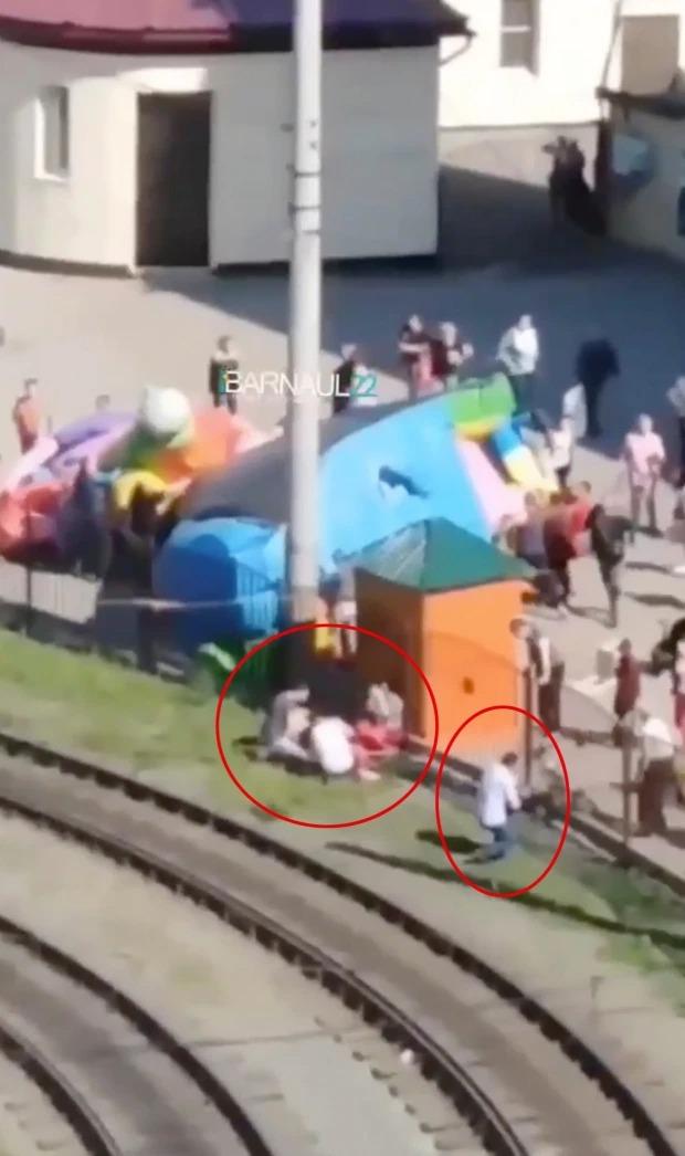 """Khoảnh khắc kinh hoàng nhà phao trẻ em phát nổ, hất văng 2 bé gái lên không trung, người lớn hoảng loạn đứng dưới """"hứng""""  - Ảnh 7."""