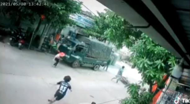 Đâm vào người đàn ông đang sang đường, nam thanh niên bị cả nhóm người quây đánh túi bụi - Ảnh 2.