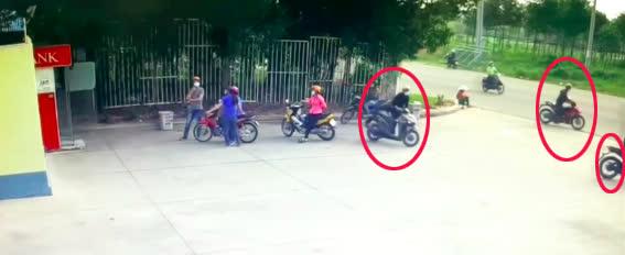 Người đàn ông vào ATM rút tiền, không hề hay biết nhóm cướp táo tợn đã dàn cảnh phía sau - Ảnh 3.