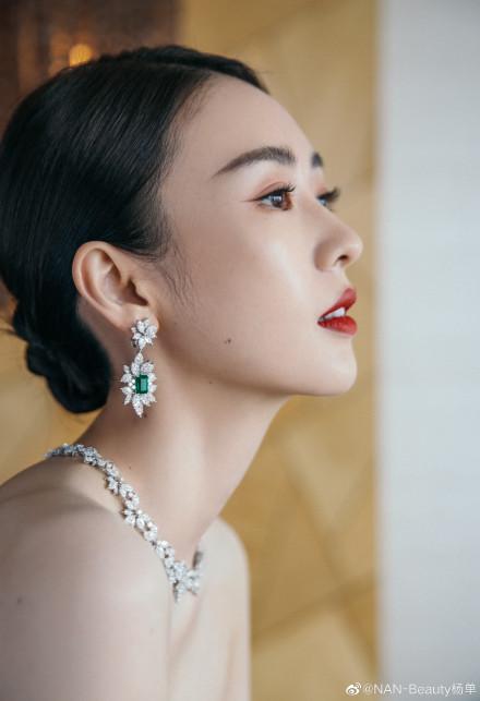 """Bộ đầm xanh hở ngực sexy thế nào mà giúp Đồng Dao """"chặt tan nát"""" Đàm Tùng Vận ở tiệc hạng sang Bạch Ngọc Lan  - Ảnh 9."""