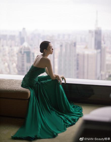 """Bộ đầm xanh hở ngực sexy thế nào mà giúp Đồng Dao """"chặt tan nát"""" Đàm Tùng Vận ở tiệc hạng sang Bạch Ngọc Lan  - Ảnh 5."""