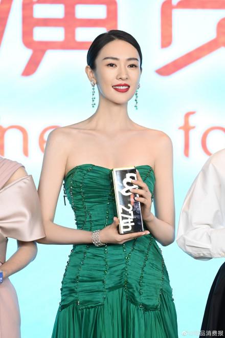 """Bộ đầm xanh hở ngực sexy thế nào mà giúp Đồng Dao """"chặt tan nát"""" Đàm Tùng Vận ở tiệc hạng sang Bạch Ngọc Lan  - Ảnh 3."""