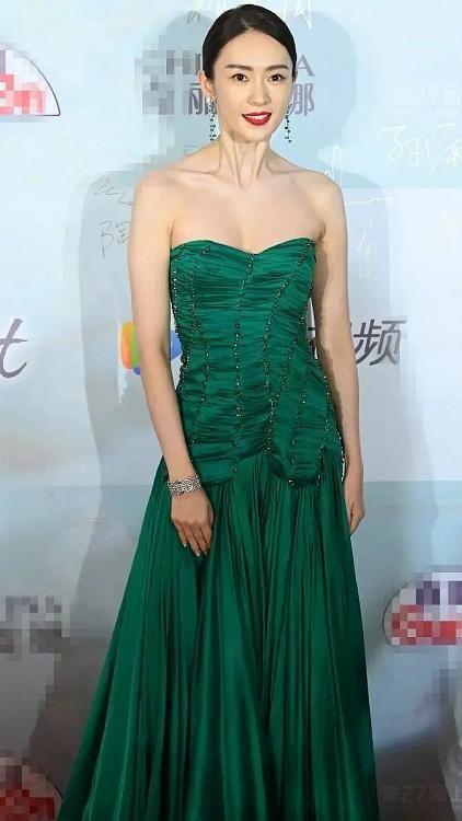 """Bộ đầm xanh hở ngực sexy thế nào mà giúp Đồng Dao """"chặt tan nát"""" Đàm Tùng Vận ở tiệc hạng sang Bạch Ngọc Lan  - Ảnh 4."""