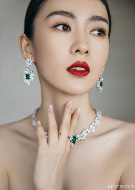 """Bộ đầm xanh hở ngực sexy thế nào mà giúp Đồng Dao """"chặt tan nát"""" Đàm Tùng Vận ở tiệc hạng sang Bạch Ngọc Lan  - Ảnh 6."""