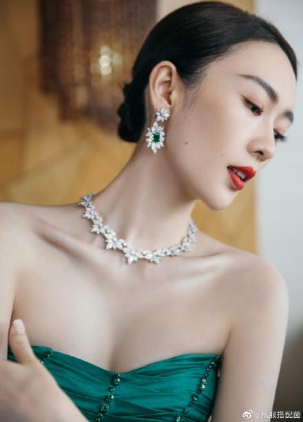 """Bộ đầm xanh hở ngực sexy thế nào mà giúp Đồng Dao """"chặt tan nát"""" Đàm Tùng Vận ở tiệc hạng sang Bạch Ngọc Lan  - Ảnh 8."""