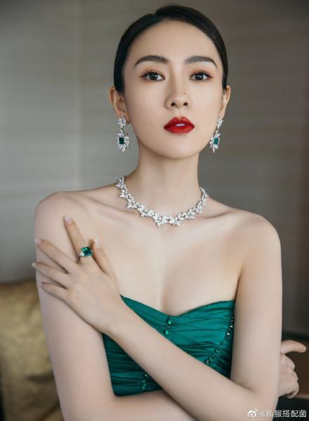 """Bộ đầm xanh hở ngực sexy thế nào mà giúp Đồng Dao """"chặt tan nát"""" Đàm Tùng Vận ở tiệc hạng sang Bạch Ngọc Lan  - Ảnh 7."""