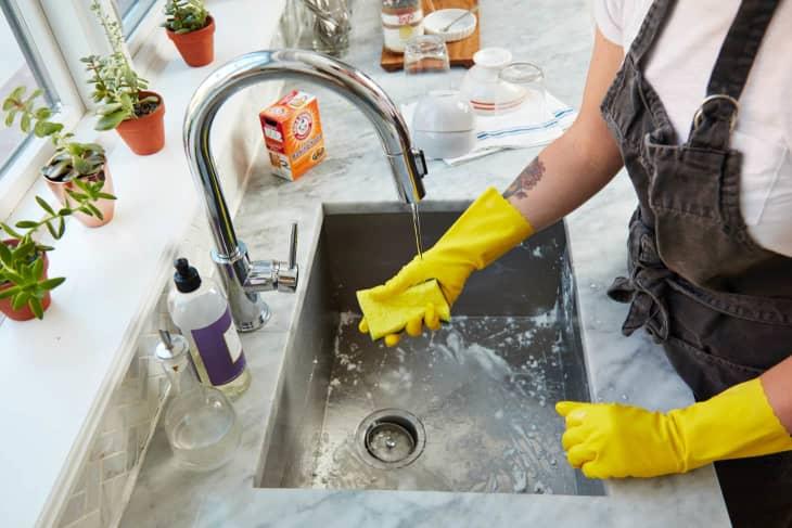 7 điều bạn không bao giờ nên làm với xà phòng rửa bát - Ảnh 1.