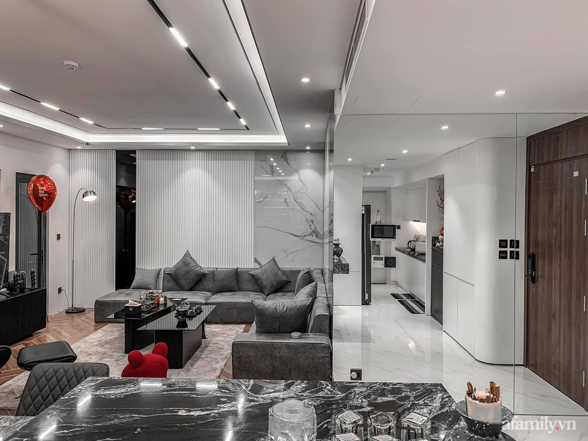 Căn hộ 125m² với gam màu tối cực chất của cặp vợ chồng yêu thời trang ở Hà Nội - Ảnh 2.