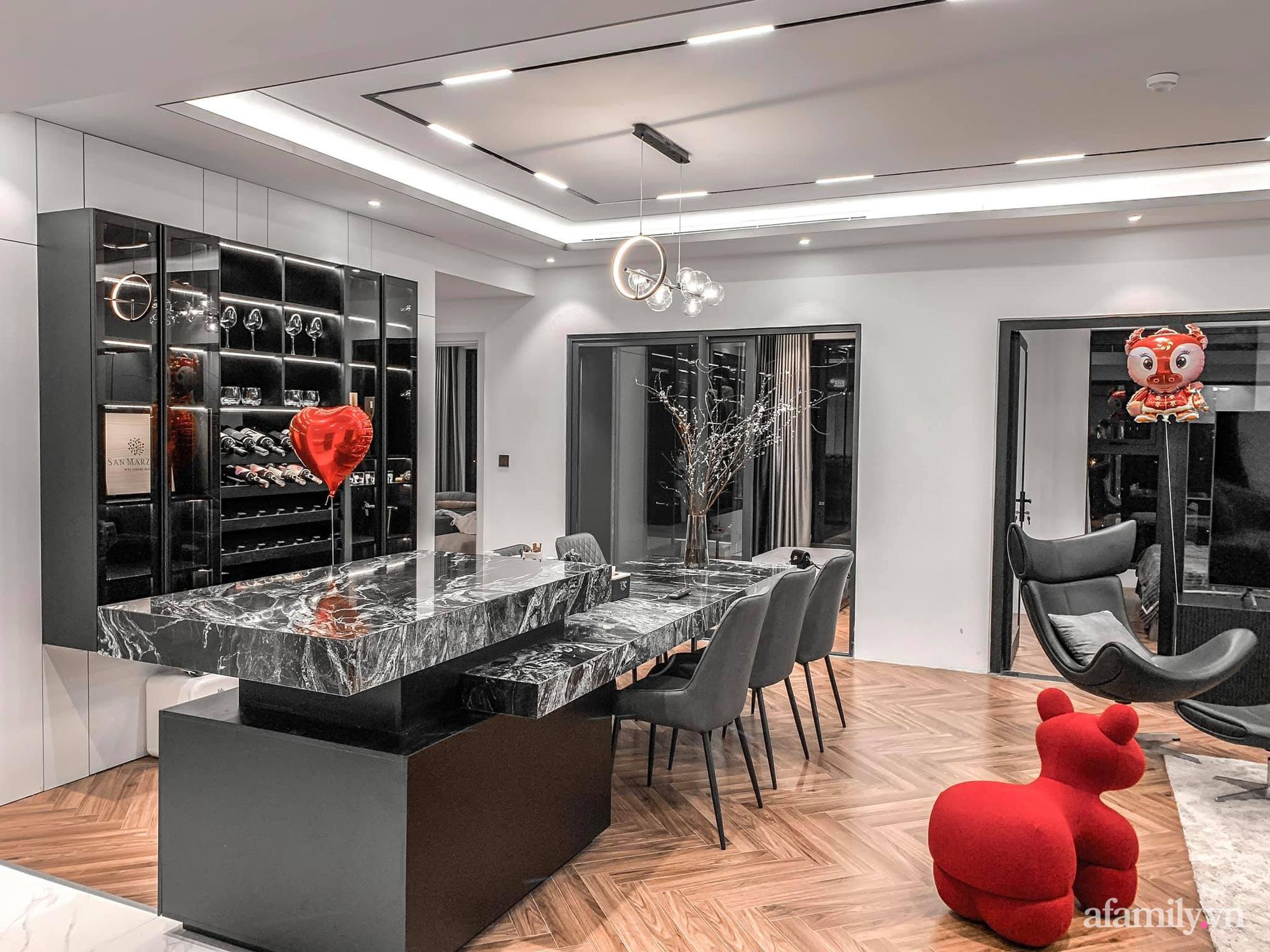 Căn hộ 125m² với gam màu tối cực chất của cặp vợ chồng yêu thời trang ở Hà Nội - Ảnh 14.