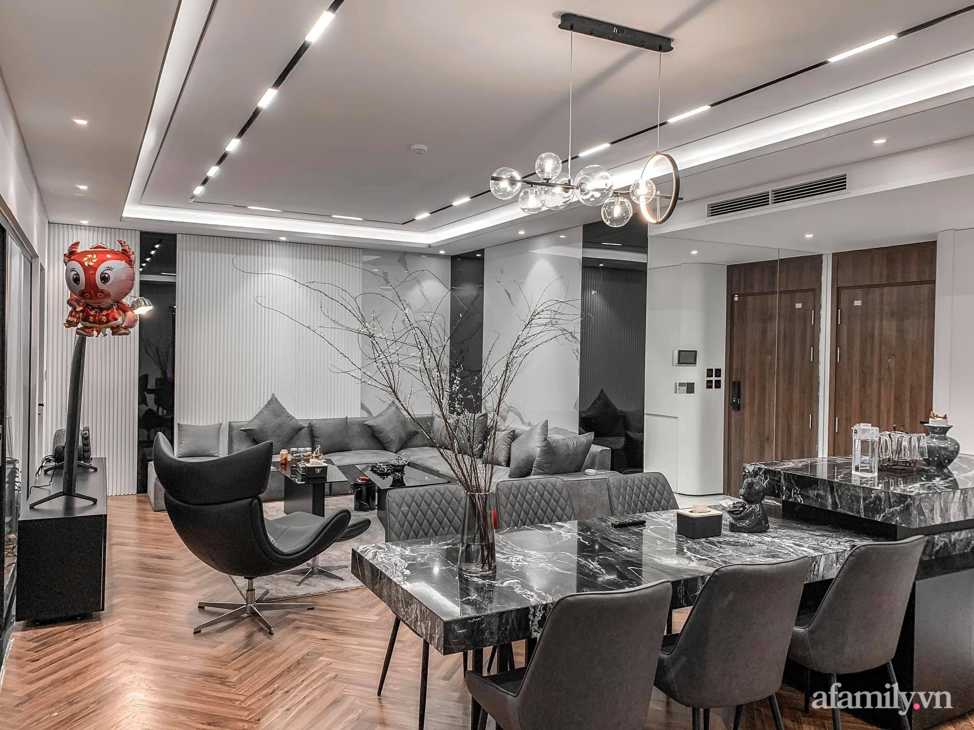 Căn hộ 125m² với gam màu tối cực chất của cặp vợ chồng yêu thời trang ở Hà Nội - Ảnh 1.