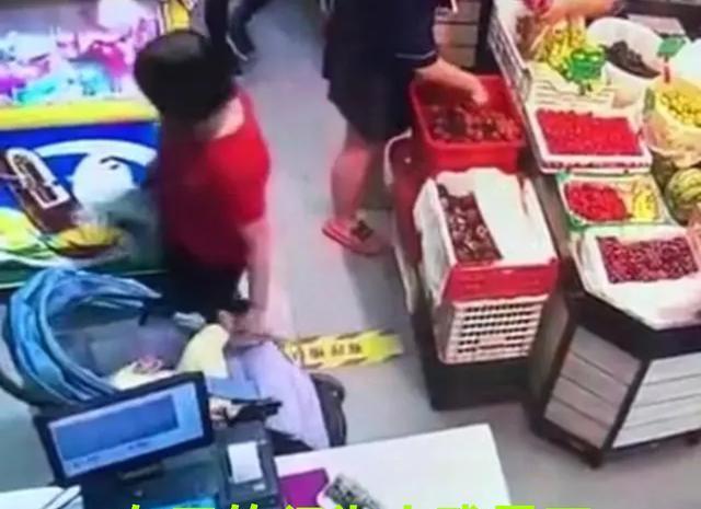 Sốc khi thấy người lạ véo con gái 4 tháng tuổi đến hoại tử cả da chân khi đi siêu thị - Ảnh 1.