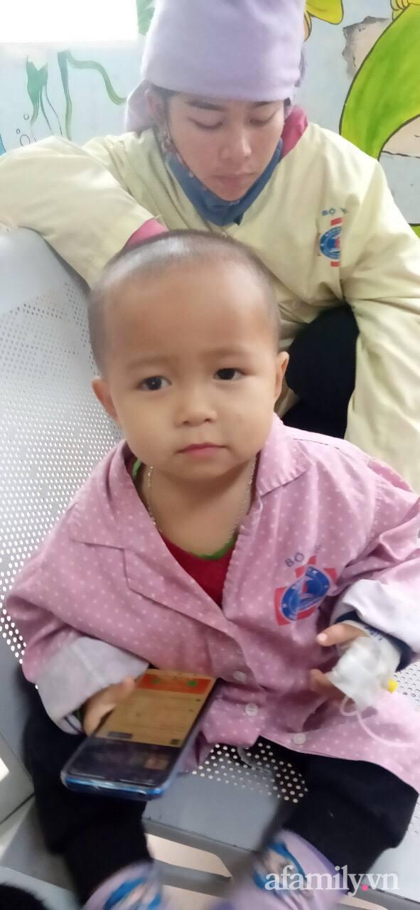 Phía sau đoạn clip em bé mặc đồ bảo hộ lon ton đi theo bố hút triệu view: Vệt vàng lạ trên mắt bé và phút chết lặng của người cha khi biết con mắc bệnh ung thư - Ảnh 3.
