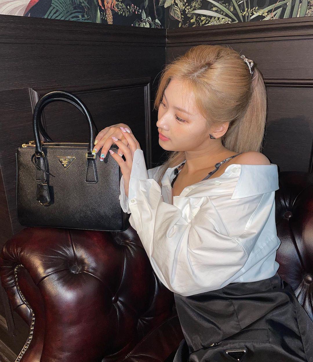 Visual nổi nhất Twice nhưng Sana vẫn bị chê nhạt nhòa khi diện túi hiệu, có đáng hay không? - Ảnh 2.