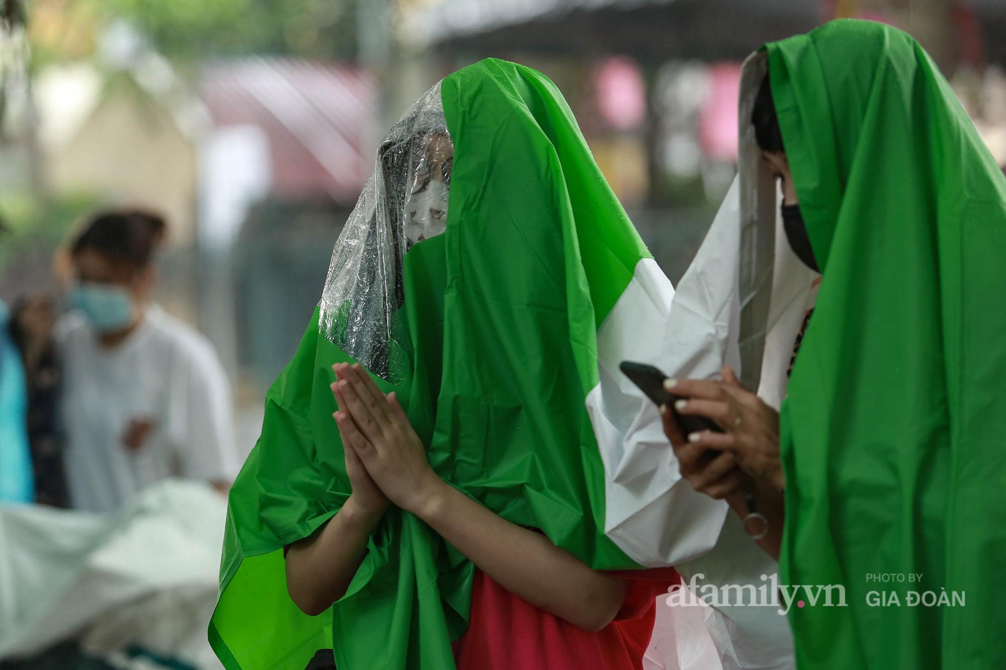 Phụ huynh, thí sinh ở Hà Nội đội mưa đi lễ cầu may trước ngày thi vào lớp 10 THPT - Ảnh 6.