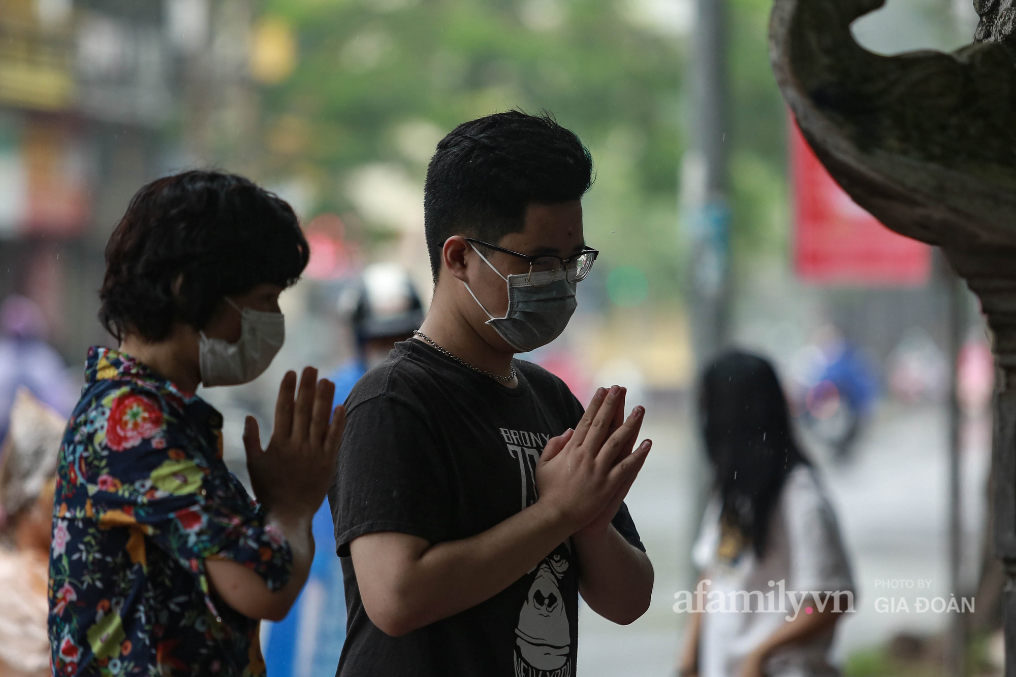 Phụ huynh, thí sinh ở Hà Nội đội mưa đi lễ cầu may trước ngày thi vào lớp 10 THPT - Ảnh 8.