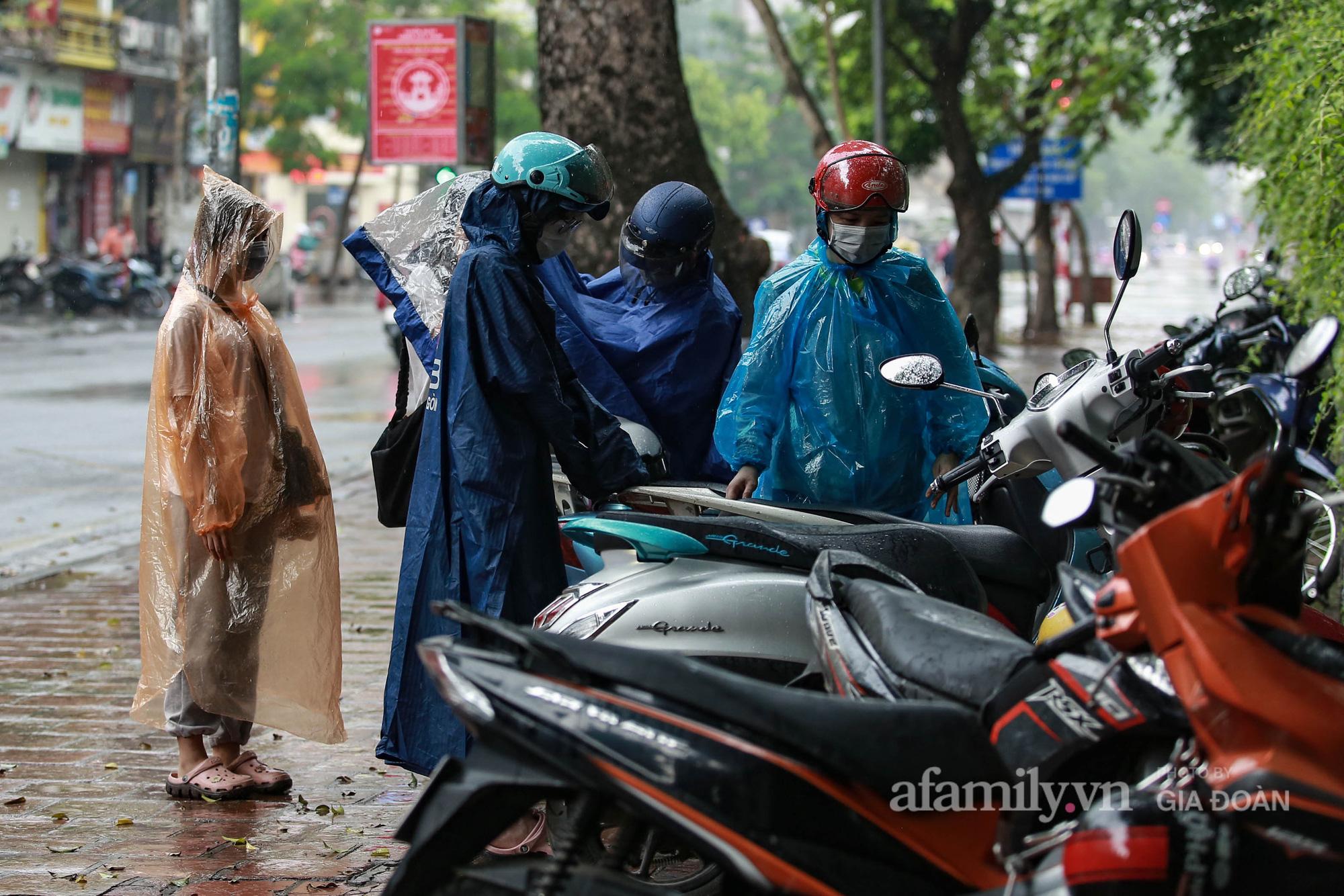 Phụ huynh, thí sinh ở Hà Nội đội mưa đi lễ cầu may trước ngày thi vào lớp 10 THPT - Ảnh 3.