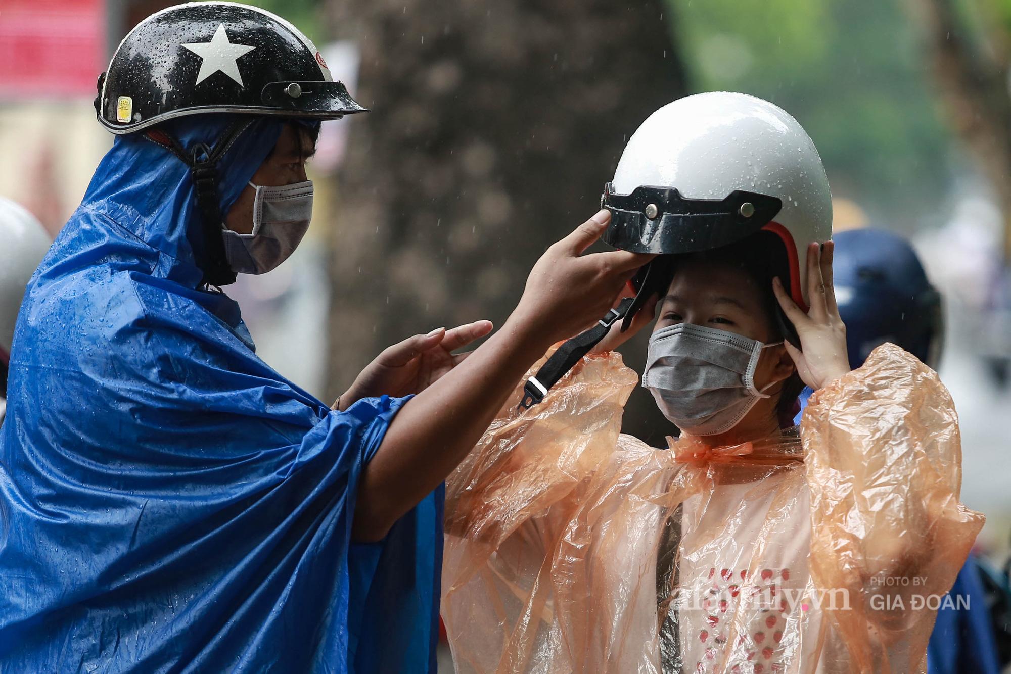 Phụ huynh, thí sinh ở Hà Nội đội mưa đi lễ cầu may trước ngày thi vào lớp 10 THPT - Ảnh 4.