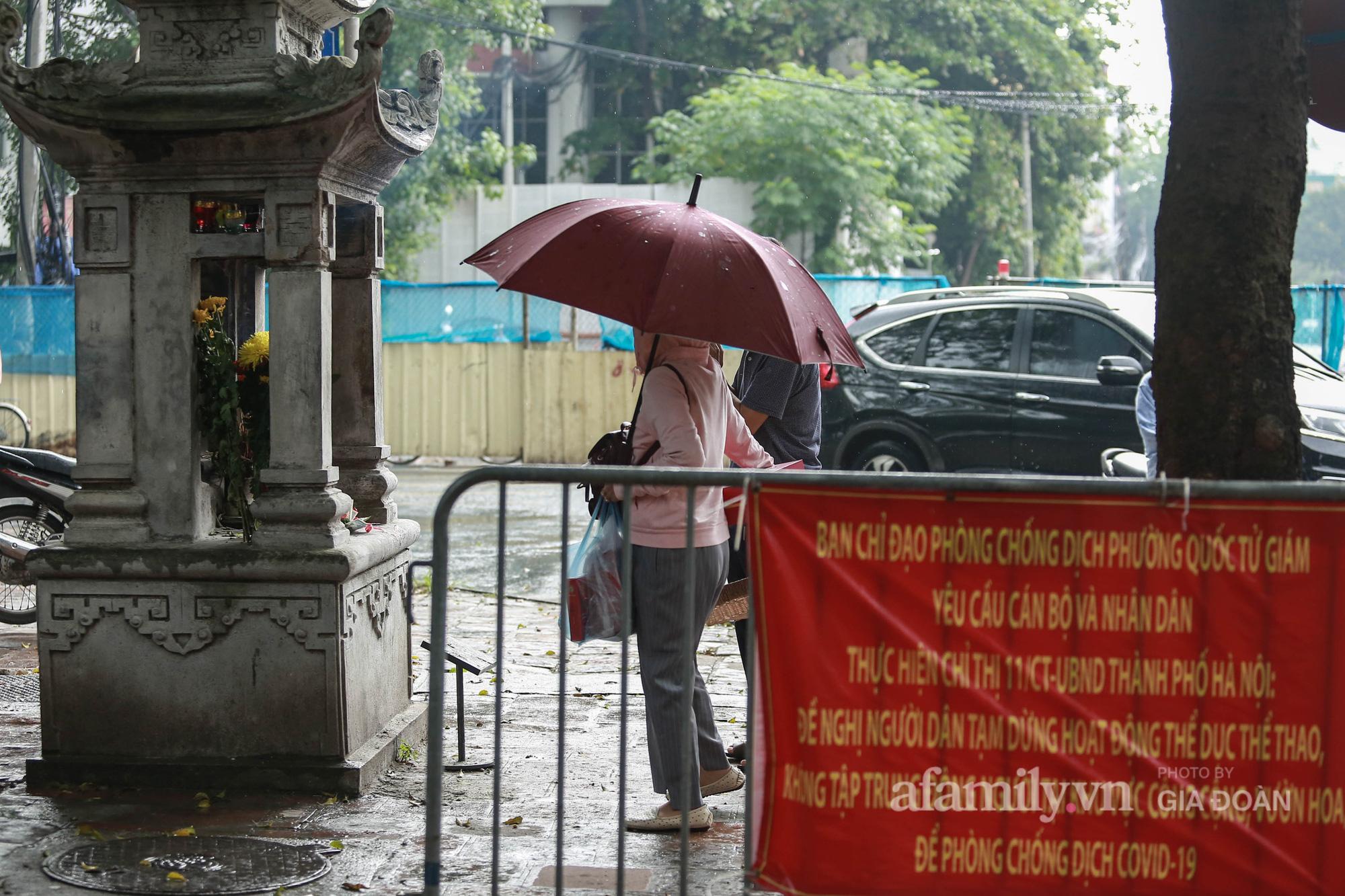 Phụ huynh, thí sinh ở Hà Nội đội mưa đi lễ cầu may trước ngày thi vào lớp 10 THPT - Ảnh 5.