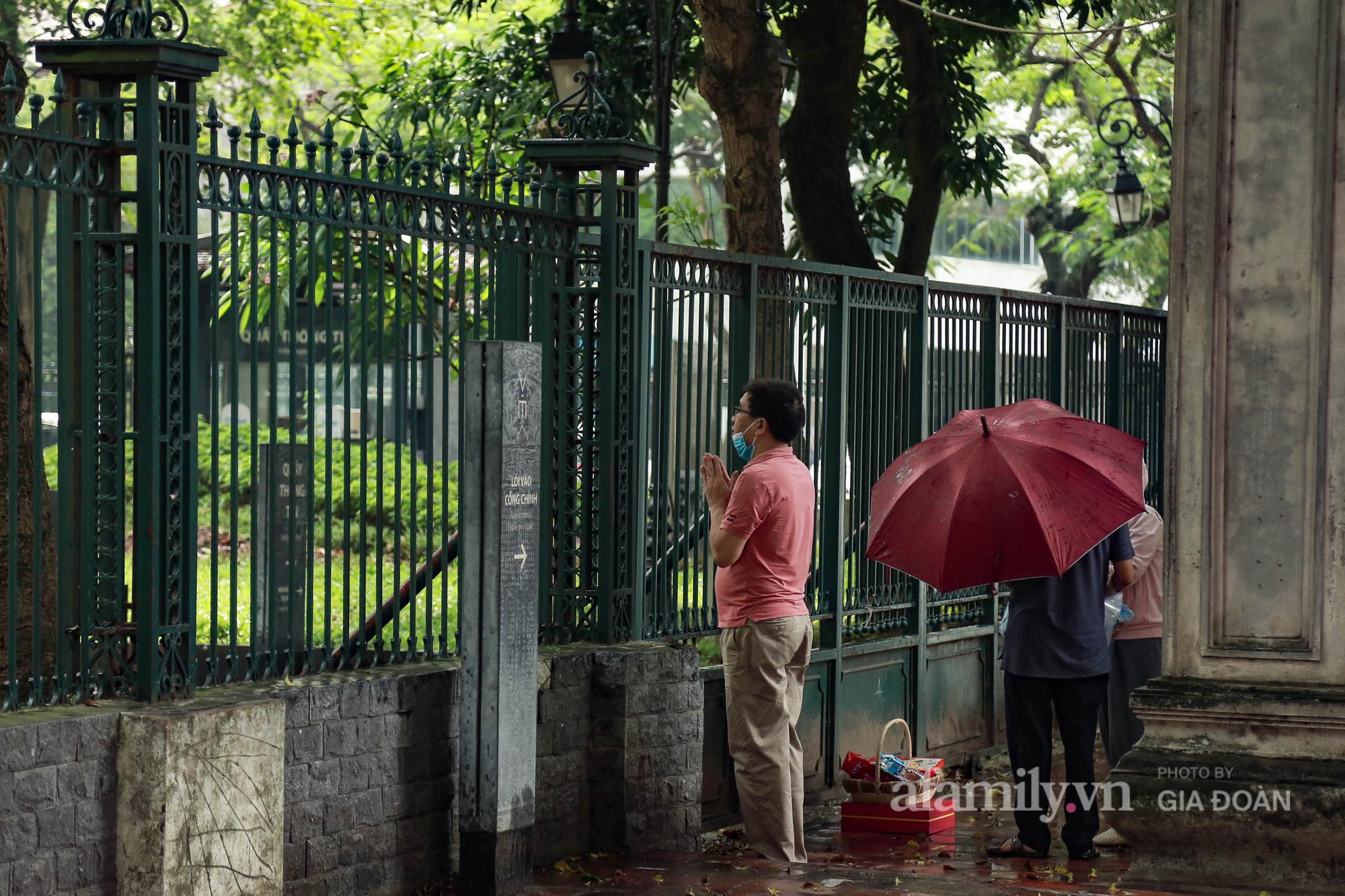 Phụ huynh, thí sinh ở Hà Nội đội mưa đi lễ cầu may trước ngày thi vào lớp 10 THPT - Ảnh 7.