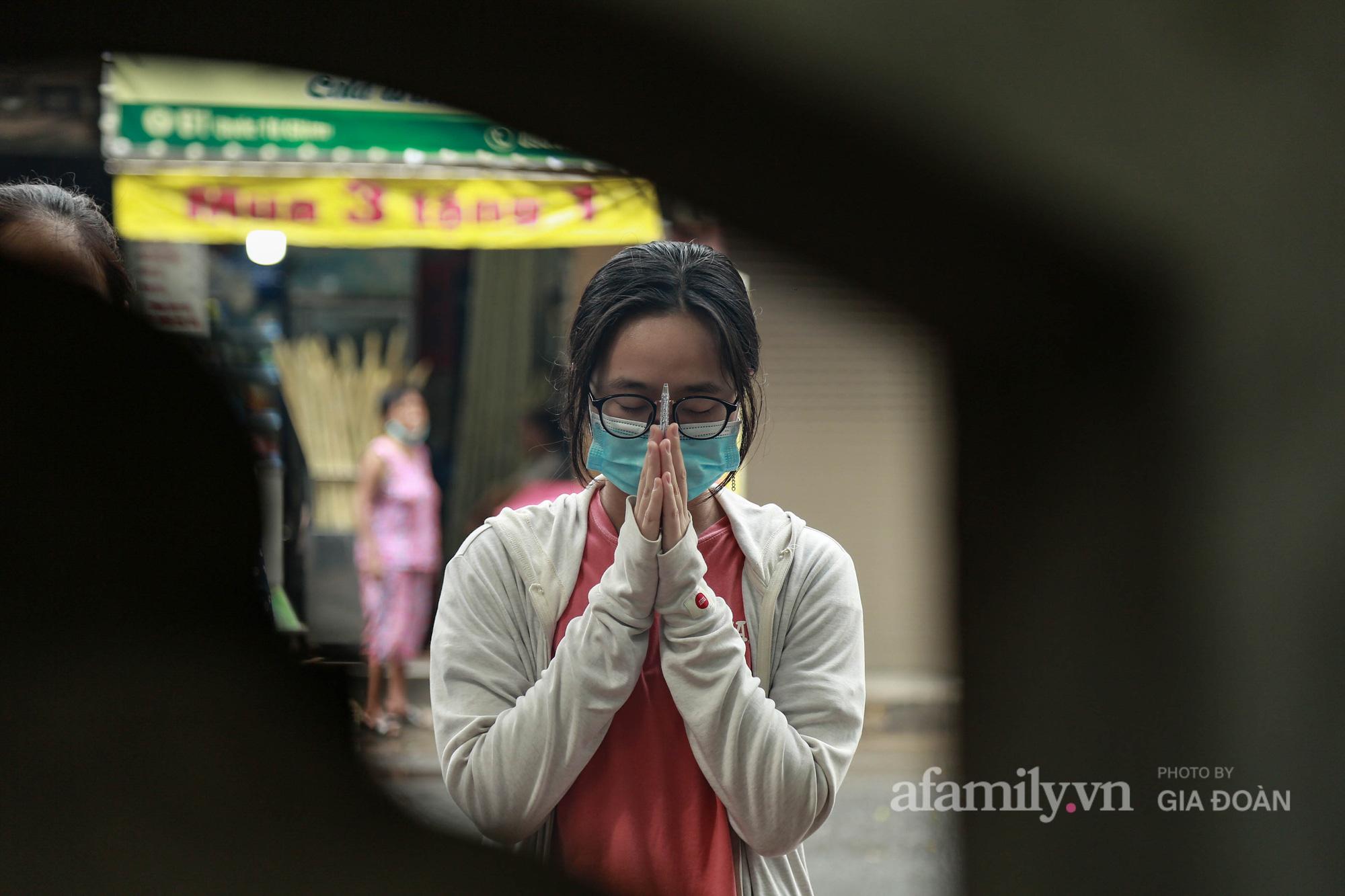 Phụ huynh, thí sinh ở Hà Nội đội mưa đi lễ cầu may trước ngày thi vào lớp 10 THPT - Ảnh 11.