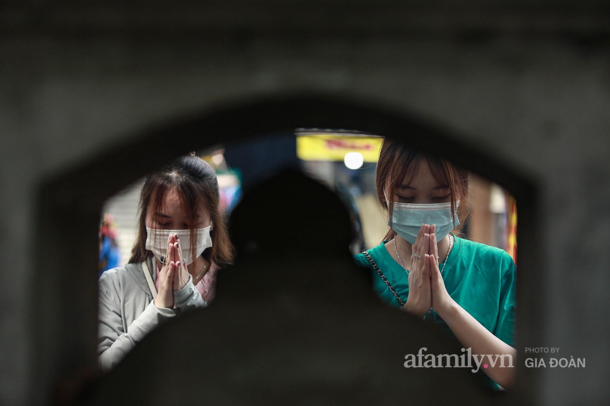 Phụ huynh, thí sinh ở Hà Nội đội mưa đi lễ cầu may trước ngày thi vào lớp 10 THPT - Ảnh 10.