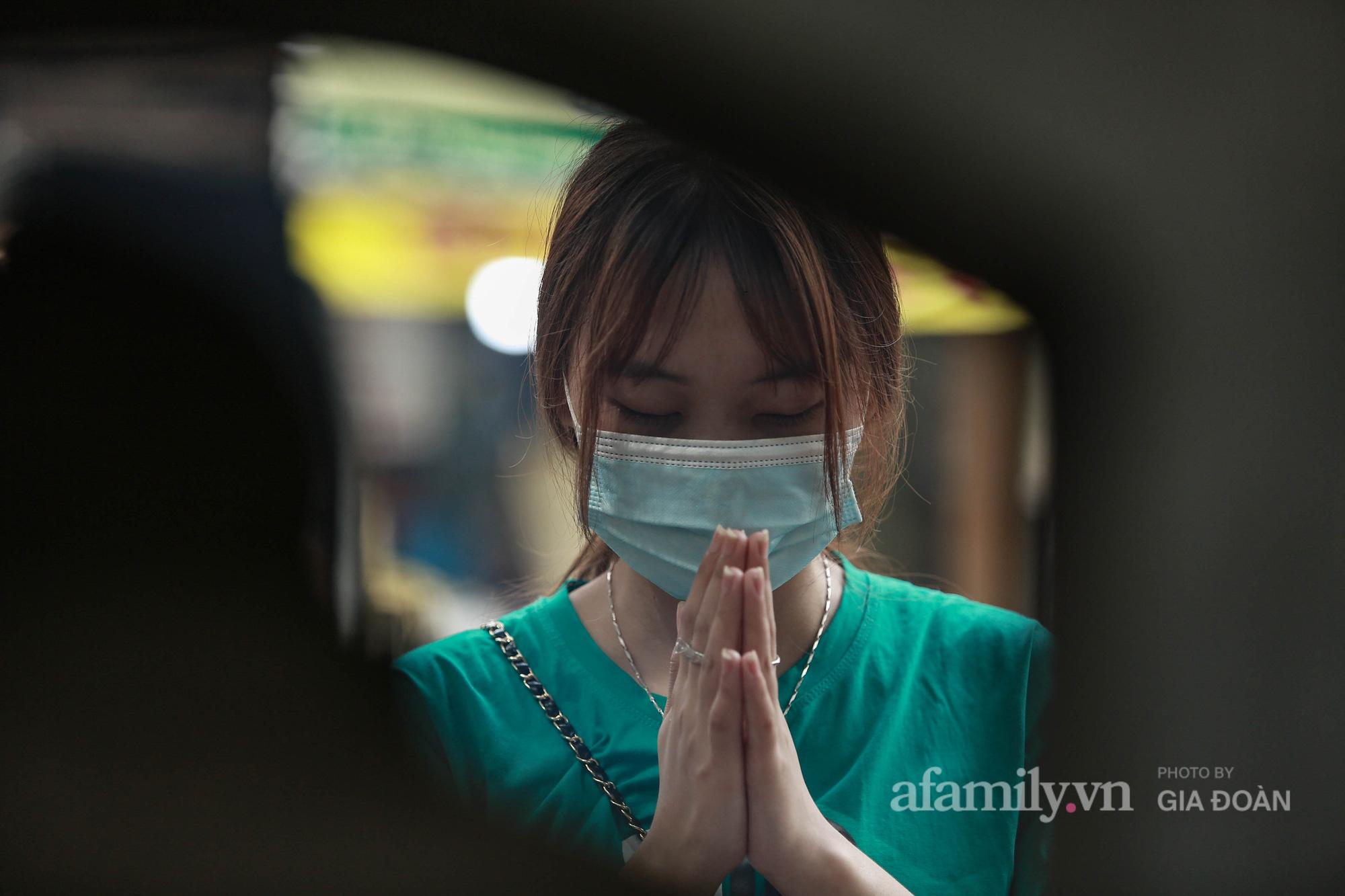 Lo lắng đến mất ăn, mất ngủ, nữ sinh Hà Nội chạy xe máy hơn 30km tới Văn Miếu cầu may cho em trai trước ngày thi vào lớp 10 - Ảnh 2.