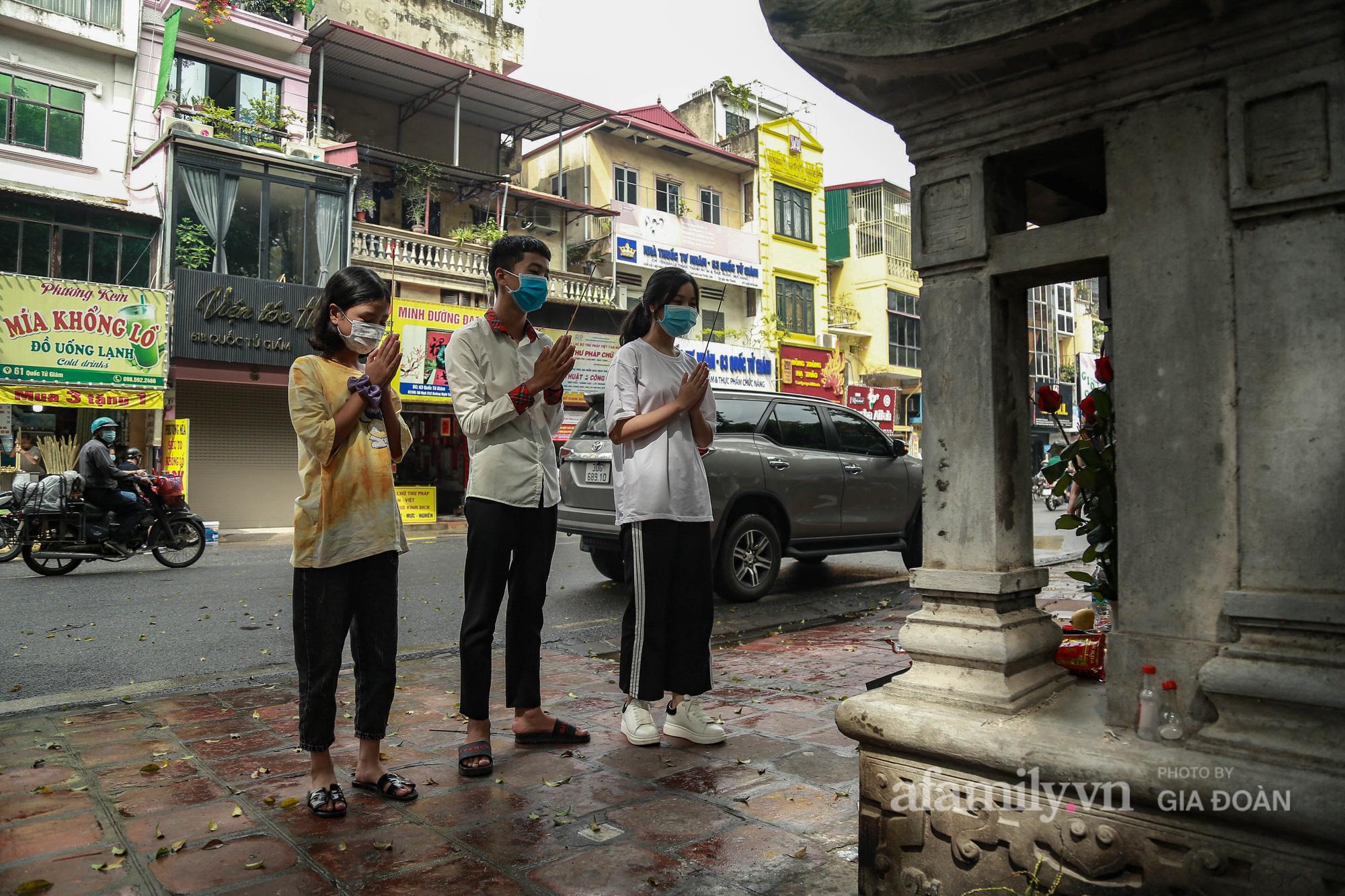 Phụ huynh, thí sinh ở Hà Nội đội mưa đi lễ cầu may trước ngày thi vào lớp 10 THPT - Ảnh 12.