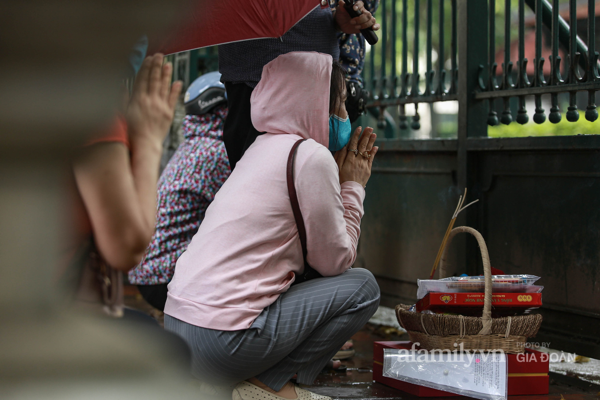 Phụ huynh, thí sinh ở Hà Nội đội mưa đi lễ cầu may trước ngày thi vào lớp 10 THPT - Ảnh 16.