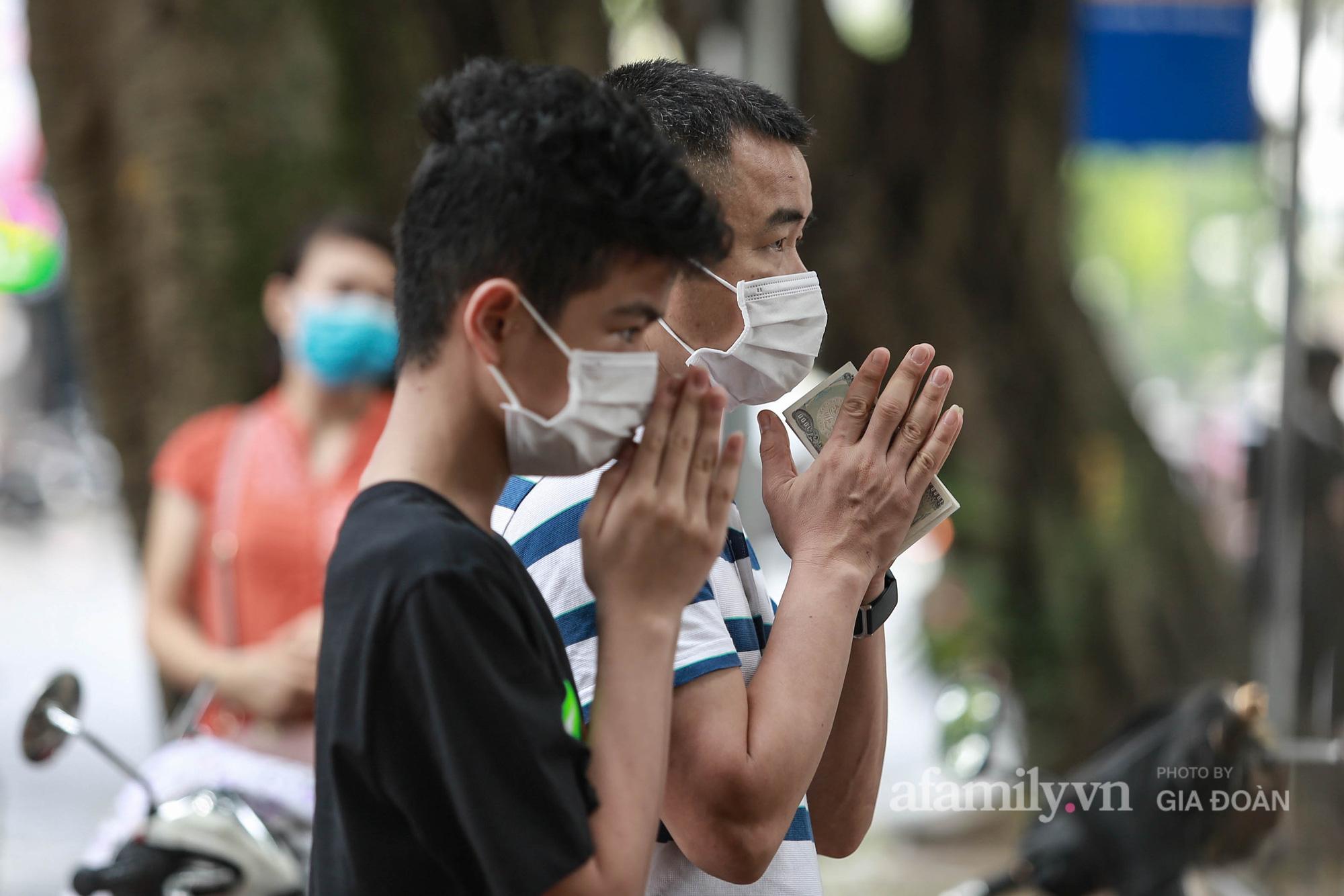 Phụ huynh, thí sinh ở Hà Nội đội mưa đi lễ cầu may trước ngày thi vào lớp 10 THPT - Ảnh 18.