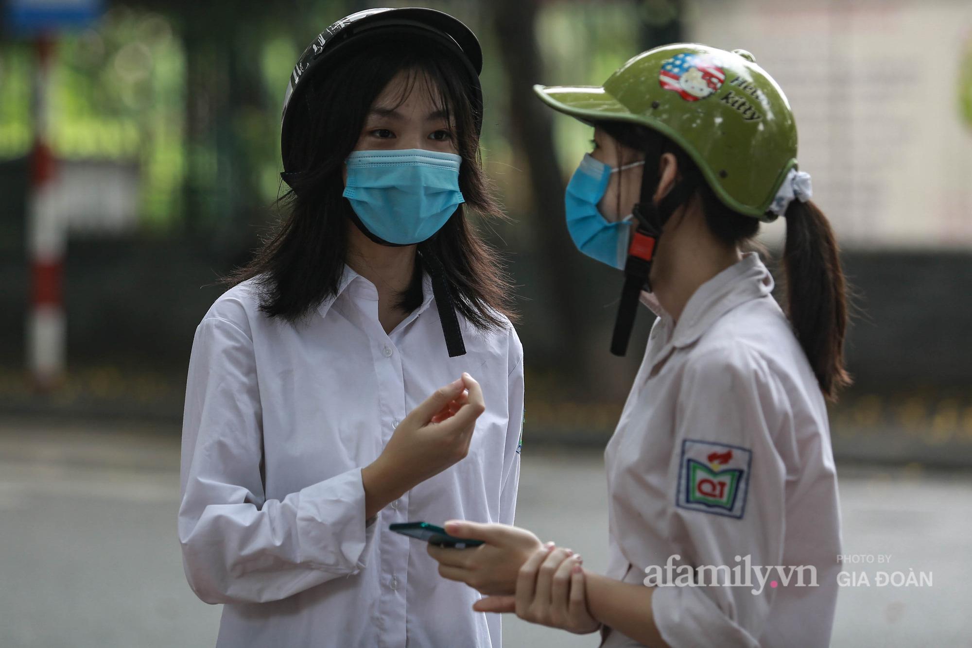 Lo lắng đến mất ăn, mất ngủ, nữ sinh Hà Nội chạy xe máy hơn 30km tới Văn Miếu cầu may cho em trai trước ngày thi vào lớp 10 - Ảnh 3.