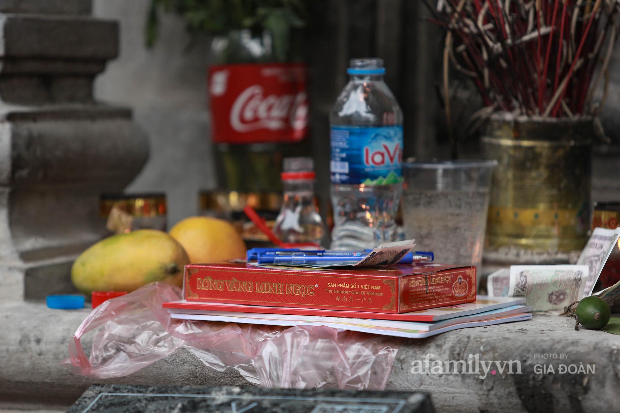 Phụ huynh, thí sinh ở Hà Nội đội mưa đi lễ cầu may trước ngày thi vào lớp 10 THPT - Ảnh 20.