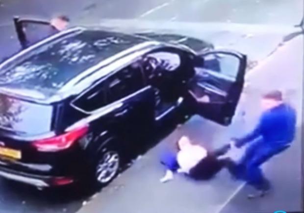 """Khoảnh khắc kinh hoàng gã đàn ông lôi xềnh xệch người phụ nữ ra khỏi ô tô để cướp xe, sự xuất hiện của 3 nhân vật ở ghế sau khiến tất cả """"sôi hỏng bỏng không"""" - Ảnh 4."""